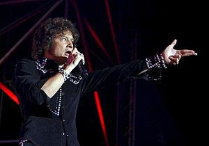 Enrique Bunbury, en el concierto Zaragoza, con el que inició su gira 'Hellville de luxe'. (Foto: EFE)