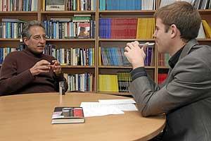 Jay Belsky, con el autor de la entrevista, Eduardo Suárez. (Foto: Miguel Ángel Fonta)