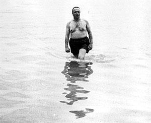 Manuel Fraga en 1966, entonces ministro de Información y Turismo, en aguas de Palomares para desmentir la presunta contaminación. (Foto: EL MUNDO)