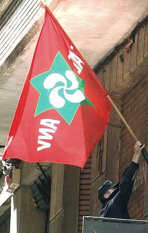 Agentes del Cuerpo Nacional de Policía retiran la bandera de ANV de un local de Portugalete, el pasado mes de mayo. (Foto: EFE)