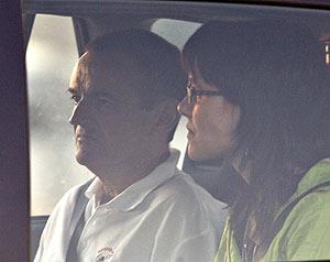 De Juana, junto a su mujer Irati Aranzabal, el día que salió de la cárcel de Aranjuez. (Foto: REUTERS)