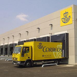 Un camión de correos descarga en las instalaciones de Mallorca.