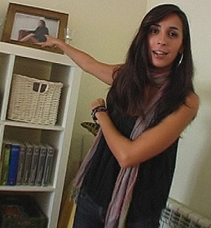 Gemma señala una de sus múltiples fotos.