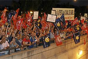 Cientos de manifestantes protestan contra la privatización de la empresa pública gestora del agua frente a los teatros del Canal. (Alberto Cuéllar)