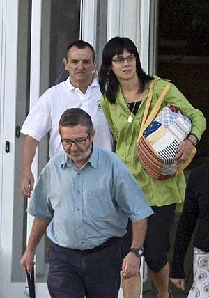 De Juana y su mujer abandonan la prisión de Aranjuez. (Foto: REUTERS)