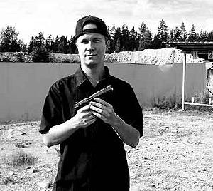 Matti Juhani Saari, con su arma.
