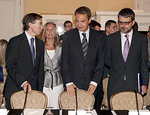 Zapatero, acompañado por el presidente de la Camara, Jaime Malet (d), la secretaria de Estado para Iberoamérica, Trinidad Jiménez, y el secretario general de la Presidencia del Gobierno, Bernardino Leon (i). (Foto: EFE)
