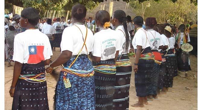 Mujeres africanas durante un rito funerario. (Foto: CRUZ ROJA)