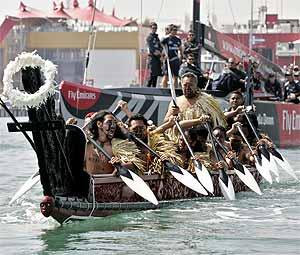 Una canoa maorí acompaña al barco del 'New Zealand' durante la Copa América de Valencia. (Foto: AP)