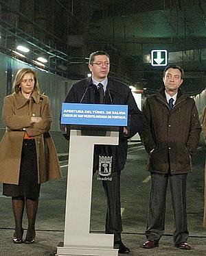 Pilar Martínez, Alberto Ruiz-Gallardón y Manuel cobo durante la inauguración del túnel de la M-30 que une la Cuesta de San Vicente y la Avenida de Portugal. (K. Para)