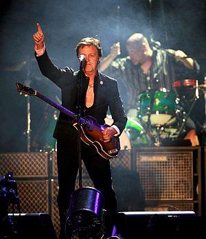 McCartney saluda al público durante la actuación. (Foto: EFE)