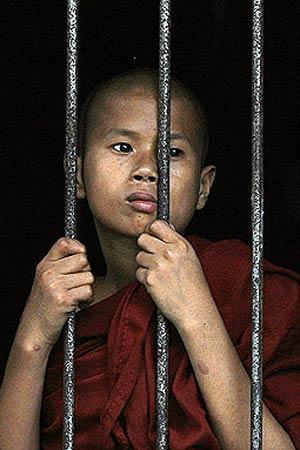 Un joven monje observa los actos de protesta, hace un año. (REUTERS)