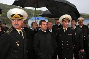 Dmitry Medvedev, visita un submarino de la flota rusa en el puerto de Krasheninnikov, junto al vicealmirante Konstantin Sidenko (izq.) y el almirante Vladimir Vysotsky (dcha.). (Foto: AFP)