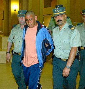 Manuel Brito, custodiado por miembros de la Guardia Civil. (Foto: Domènec Umbert)