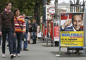 Unas jóvenes caminan por el centro de Viena, repleto de anuncios electorales. (Foto: AFP)