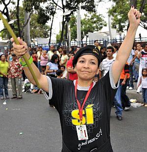 Una partidaria del proyecto constitucional, celebra la victoria. (Foto: AFP)