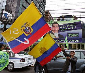 Un grupo de ciudadanos celebrando la victoria. (Foto: AFP)