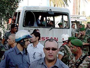 Estado en el que ha quedado el autobús tras la explosión. (Foto: EFE)