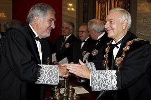 Carlos Dívar (dcha), nuevo presidente del CJPG, saluda al fiscal general del Estado, Cándido Conde-Pumpido. (POOL)