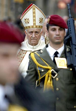 El cardenal arzobispo de Valencia, Agustín García Gasco, durante una procesión en Valencia. (Foto: Alberto di Lolli)