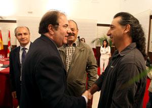 Juan Vicente Herrera, saluda al coordinador general de UCCL, Jesús Manuel González-Palacín. (Foto: ICAL)