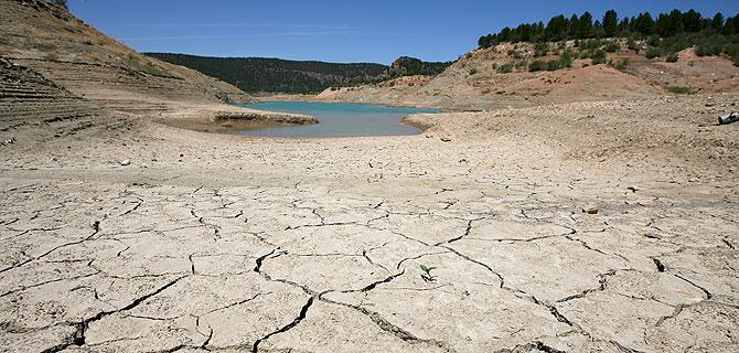 El pantano valenciano de Contreras, en 2006, con sus reservas al mínimos por la sequía. (Foto: EL MUNDO)