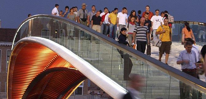 Visitantes, sobre el puente. (Foto: REUTERS)