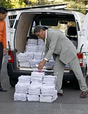 El abuelo de Mari Luz, junto a pilas de firmas al llegar a Moncloa. (EFE)