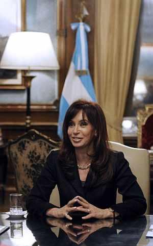 La presidenta Cristina Fernández, en su despacho. (Foto: EFE)