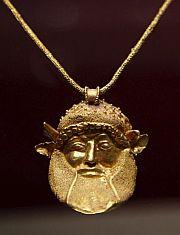Detalle de un colgante con la cabeza del dios Aqueloo. (Foto: EFE)