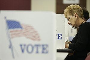 Una mujer vota en Toledo (Ohio). (Foto: AP)
