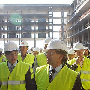 El conseller de Salud acompañado de los parlamentarios durante la visita a las obras de Son Espases (Foto: Jordi Avellà).