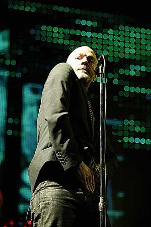 Michael Stipe, en el el escenario de Las Ventas, durante su actuación. (Foto: Carlos Barajas)