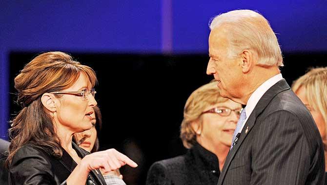 Sarah Palin y Joe Biden, conversan al final del debate. (Foto: EFE)