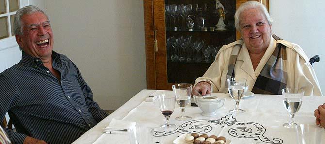Mario Vargas Llosa (izda.) y Carmen Balcells. (Foto: Quique García)