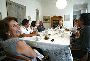Comida en casa de Carmen Balcells, junto a Vargas Llosa (a su dcha., con camisa azul) y miembros de su empresa. (Foto: Quique García)