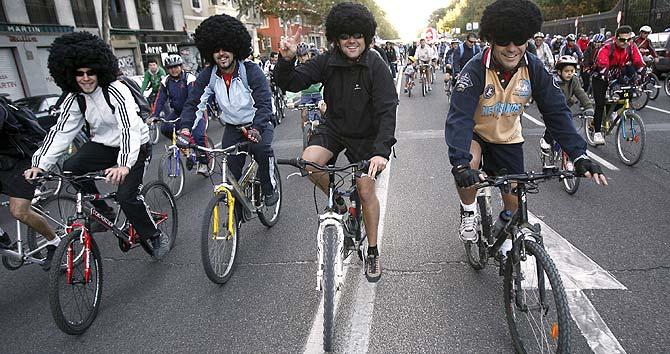 Cuatro de los miles de ciclistas que han recorrido las calles. (Foto: EFE)