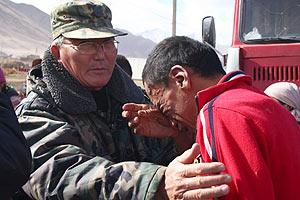 Un hombre, desconsolado por los efectos del terremoto en Nura. (Foto: AFP)