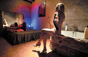 Prostitutas en un club de alterne de Barcelona. (Foto: Joan Manuel Baliellas)