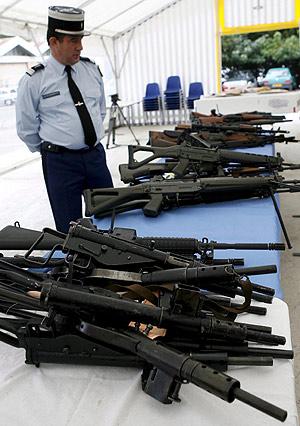 Armas para la venta ilegal incautadas por la policía francesa cerca de Nimes. (Foto: EFE)