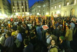 Un momento de la protesta, en la plaza de Sant Jaume. (Foto: Quique García)
