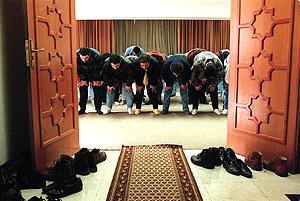 Musulmanes en una mezquita de Madrid en la que se inició el Ramadan con la oración del viernes. (Foto: EL MUNDO)