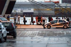 Los inmigrantes a su llegada al puerto de la capital catalana. (Foto: Antonio Moreno)