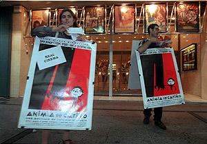 Hombres anuncio, delante de un cine. (Foto: Julián Jaén)