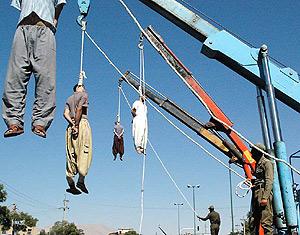 Varios hombres ahorcados en Irak en septiembre de 2007. (Foto: AFP)