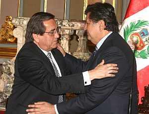 Alan García y Jorge del Castillo se abrazan tras la reunión. (Foto: EFE)