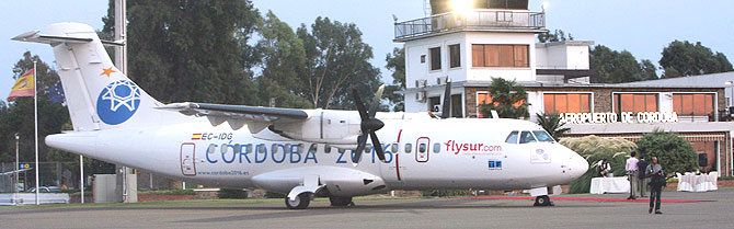 Uno de los dos aviones de Flysur, estacionado en el aeropuerto cordobés. (Foto: Madero Cubero)