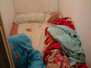 Una de las habitaciones en las que convivían cuatro prostitutas, en la calle Carretas del barrio del Raval. (Foto: Policía Nacional)