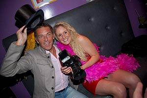 Jörg Haider posa en la fiesta junto a una invitada, Patrizia Zernatto. (Foto: EFE | APA)
