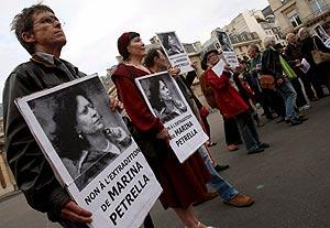 Imagen de archivo tomada el 19 de junio de 2008 que muestra a ex miembros de las Brigadas Rojas italianas mientras sostienen carteles con la imagen de la ex brigadista Marina Petrella. (Foto: EFE)